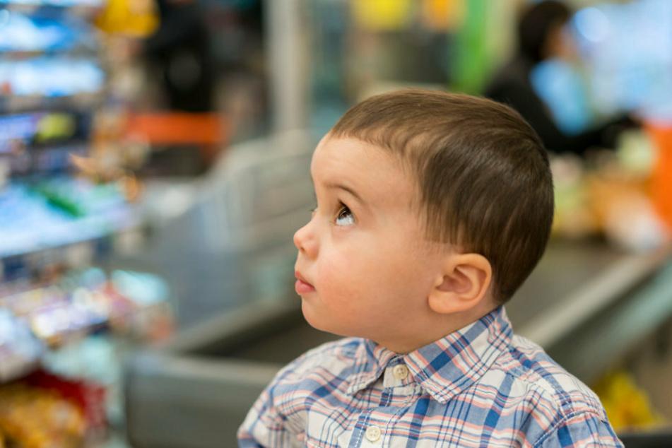 Ein kleiner Junge steht in einem Supermarkt. (Symbolbild)