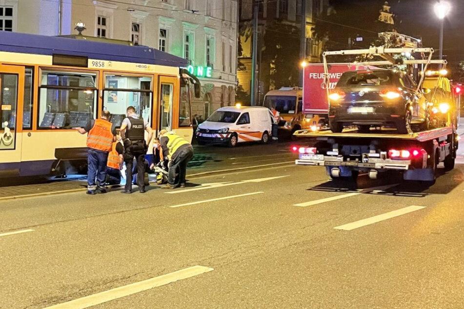 Die Straßenbahn entgleiste nach der Kollision mit dem Auto.