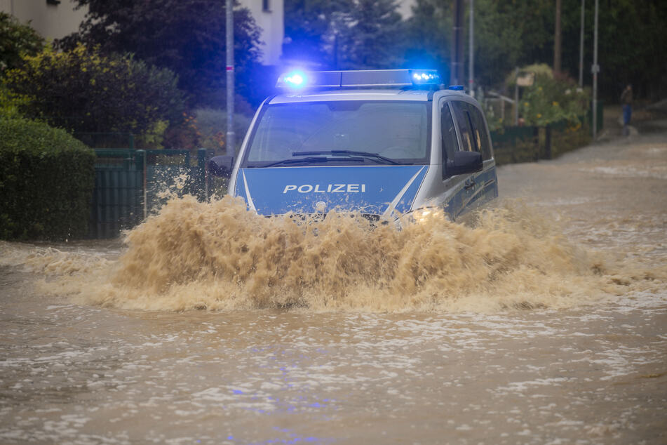 Chemnitz: Unwetter über Sachsen: Starke Überflutungen bei Chemnitz, Aquaplaninggefahr auf A4