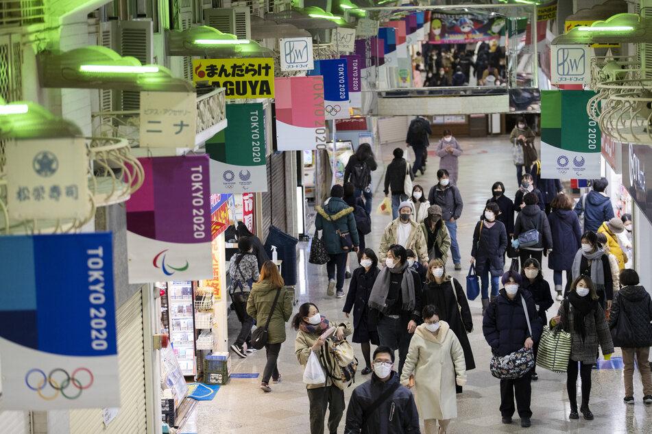 Japan ist bislang recht gut durch die Pandemie gekommen. Der aktuelle Lockdown sieht zum Beispiel nur vor, dass Restaurants und Bars ab 19 Uhr keinen Alkohol mehr ausschenken und schon um 20 Uhr schließen sollen.