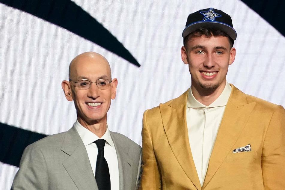 Franz Wagner (19, r.) steht neben NBA-Commissioner Adam Silver (59). Der Berliner ist in der Nacht zu Freitag an Position acht im NBA-Draft von den Orlando Magic ausgewählt worden.