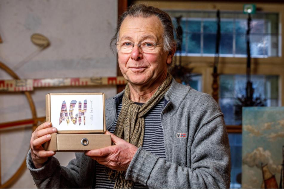 Museumschef Reinhard Zabka (70) präsentiert die kleinen Kunstboxen für Zuhause.