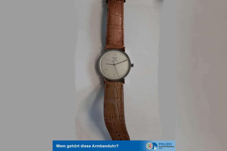"""Die Kölner Polizei ist auf der Suche nach dem rechtmäßigen Besitzer der mutmaßlich gestohlenen Uhr der Marke """"FAZ"""" und bittet um Hinweise."""