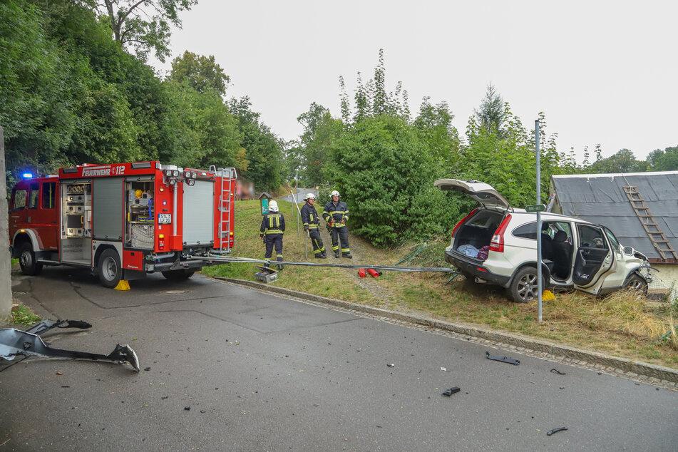 Eine Hyundai-Fahrerin krachte am Sonntagnachmittag in Gornsdorf gegen eine Mauer und landete anschließend in einem Grundstück.