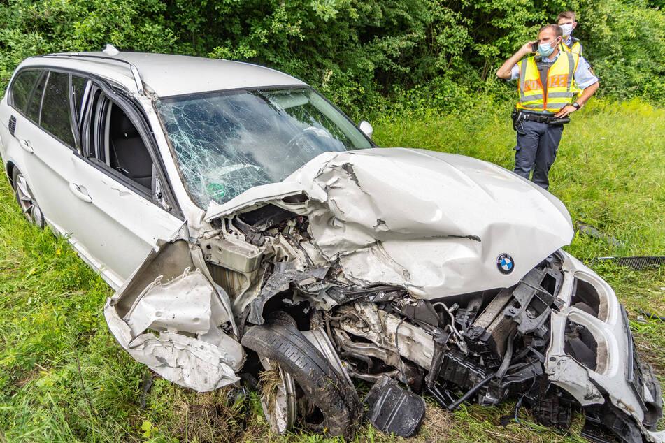 Der BMW ist völlig demoliert nach dem Crash.