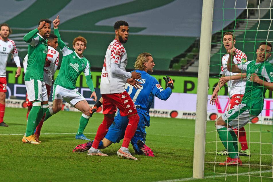 Josh Sargent (4.v.l.) bejubelt den vermeintlichen Ausgleichstreffer von Werder Bremen, der im Nachhinein vom VAR aberkannt wurde.