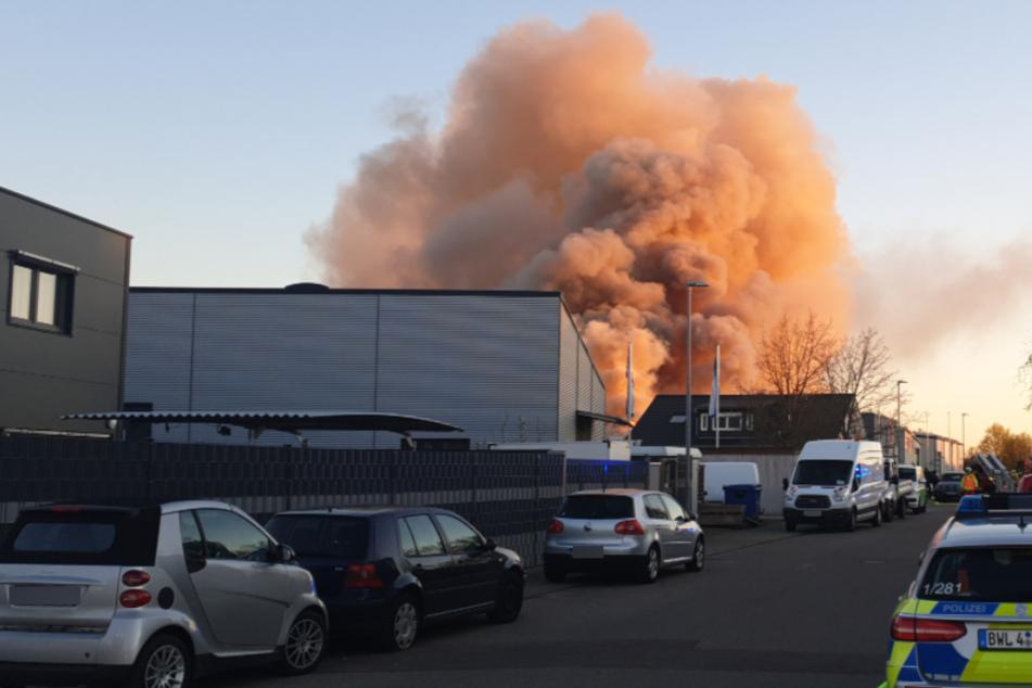 Die große Rauchwolke über der Autowerkstatt in Stutensee.