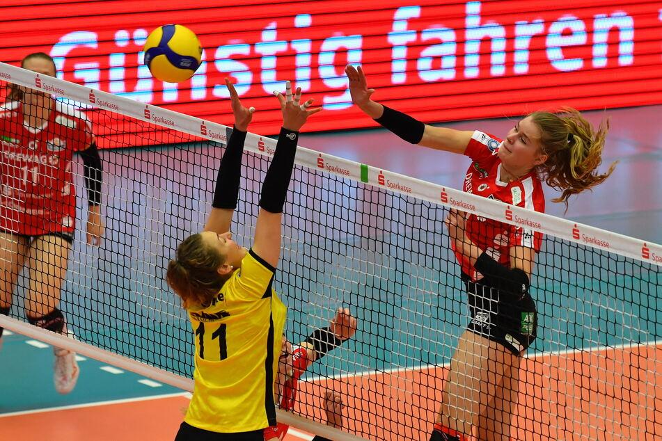 Das Heimspiel gegen den USC Münster gewann der DSC am 24. Oktober deutlich mit 3:0. Hier greift Camilla Weitzel (r.) gegen die Ex-Dresdnerin Barbara Wezorke an.
