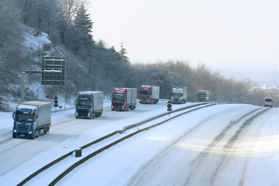 Bielefeld: Langsam rollt der Verkehr auf der Autobahn A2 nahe der Autobahnbrücke Lämershagen wieder in beide Richtungen.