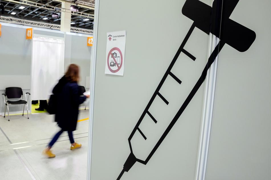 Berlin: Eine Patientin geht im Corona-Impfzentrum Messe Berlin zum Impfen.