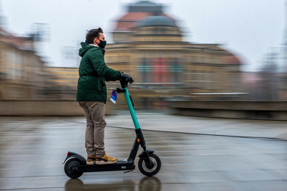 """Seit Anfang des Jahres in Chemnitz zu sehen: Die E-Scooter des Anbieters """"TIER"""". TAG24-Reporter Gabriel Schwab testete das Fahrverhalten."""