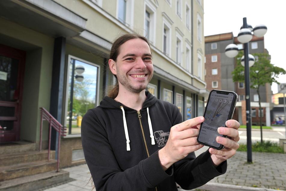 """Vieno Hakkerinen (30), Vorsitzender von """"Freifunk Chemnitz"""", vor dem Hotel """"Sächsischer Hof"""". Dieses rüstete der Verein zuletzt auf das Gratis-WLAN um."""