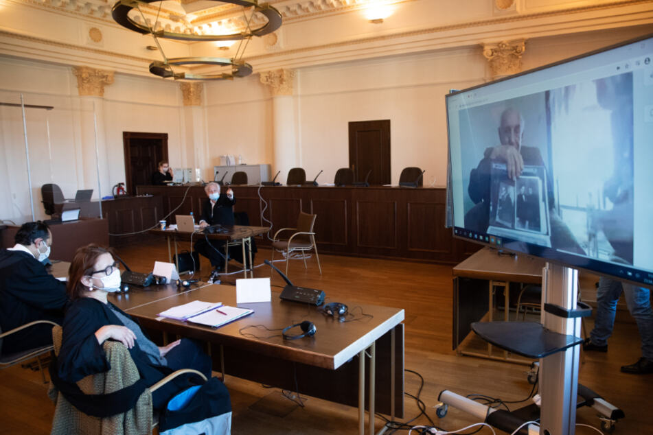 Zeuge berichtet im KZ-Prozess von Leichenbergen und belastet Ex-SS-Wachmann