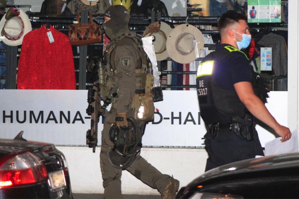 """Auch schwer bewaffnete Beamte der SEK sind bei der Razzia im Hotel """"Panorama"""" im Einsatz gewesen."""