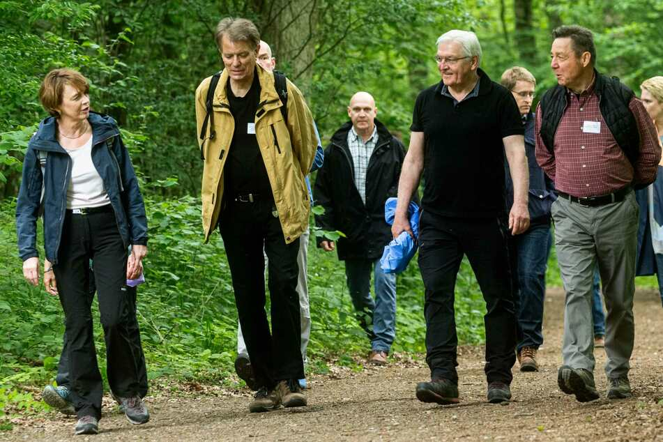 Bundespräsident Frank-Walter Steinmeier (65, zweiter von rechts) wird während der Wanderung von Bürgern begleitet.