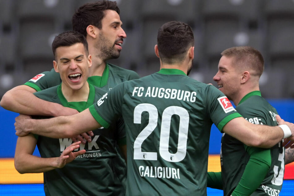 Die Spieler des FC Augsburg bejubeln die frühe 1:0-Führung durch Laszlo Benes (l.).
