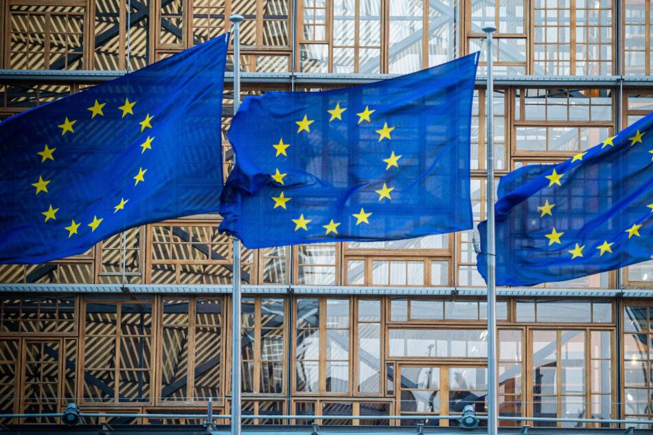 Flaggen der Europäischen Union wehen im Wind vor dem Europa-Gebäude.
