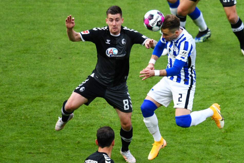 Peter Pekarik (34/r.) köpft das Tor zum 2:0. Freiburgs Mittelfeldspieler Baptiste Santamaría (26) kommt zu spät.