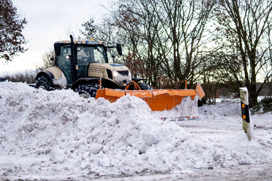 Ganz im Norden gab es am Dienstag bereits viel Schnee. Bei Flensburg wurde ein Traktor eingesetzt, um die rund zwei Meter hohen Schneeverwehungen zu beseitigen.