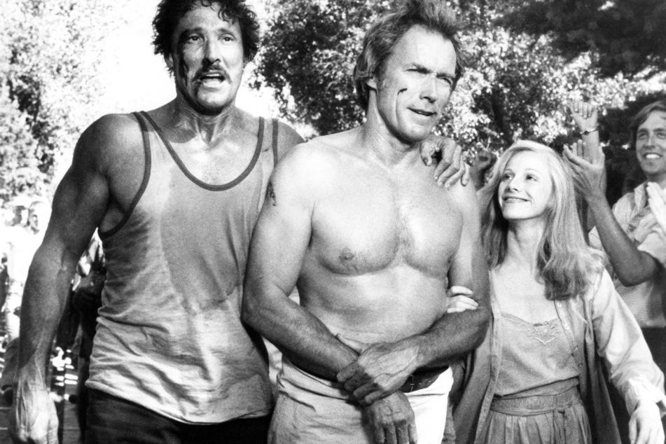 """William Smith (†88, l.) neben Clint Eastwood (91) in dem Film """"Mit Vollgas nach San Fernando"""" aus 1980. (Archivbild)"""