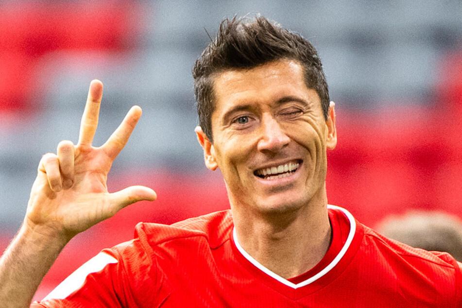 Robert Lewandowski (32) vom FC Bayern München jubelt über seinen Treffer zum 3:0.