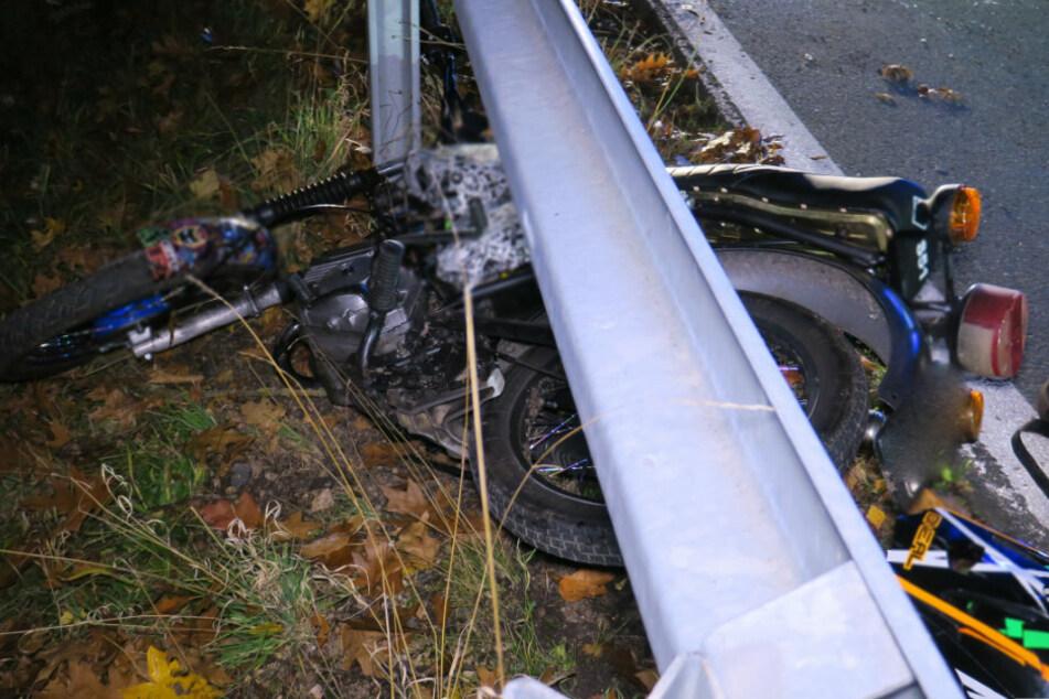 Schwerer Crash im Erzgebirge: Moped landet unter Leitplanke