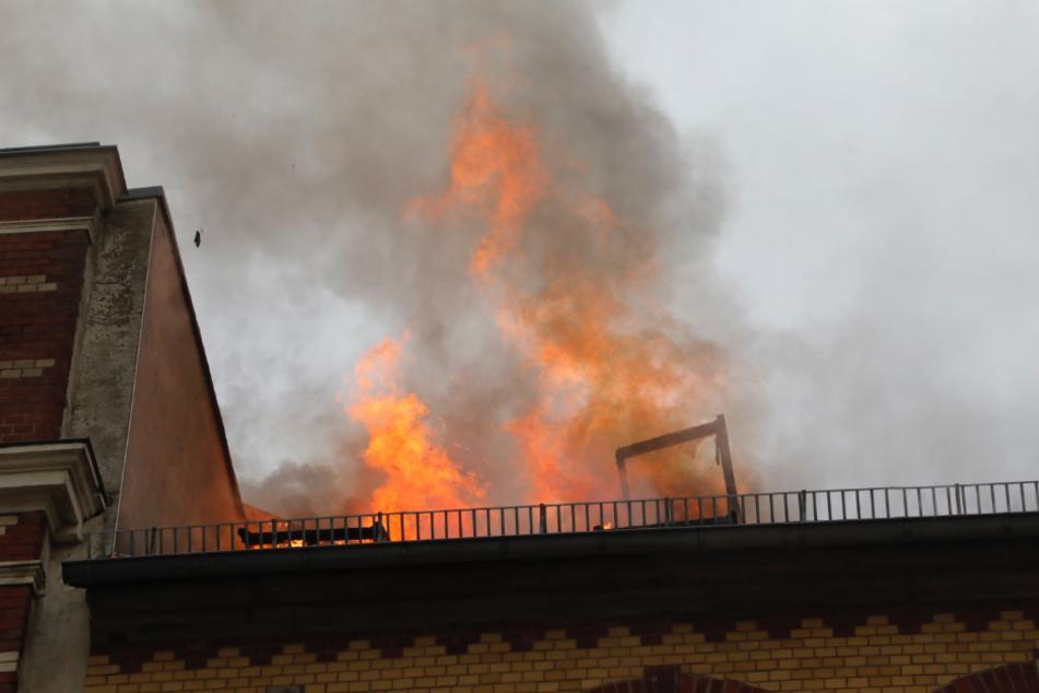 Chemnitz: Haus unbewohnbar: Verheerender Dachstuhlbrand in Chemnitz