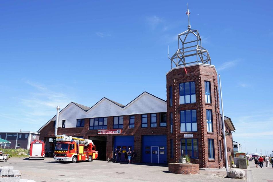 Die Feuerwehrwache im Hafen auf dem Unterland der Hochseeinsel Helgoland.