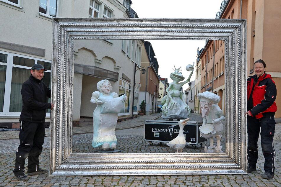 Die Helmnot-Mitarbeiter Enrico Frenzel und Doreen Leiske geben den Märchenfiguren des Theaters in Lichtenstein einen prachtvollen Rahmen.