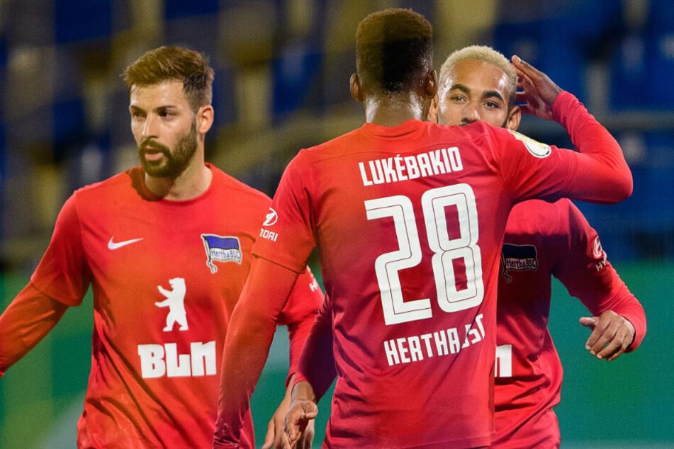 Marvin Plattenhardt und Dodi Lukebakio jubeln mit Matheus Cunha über seinen Treffer zum 2:2.
