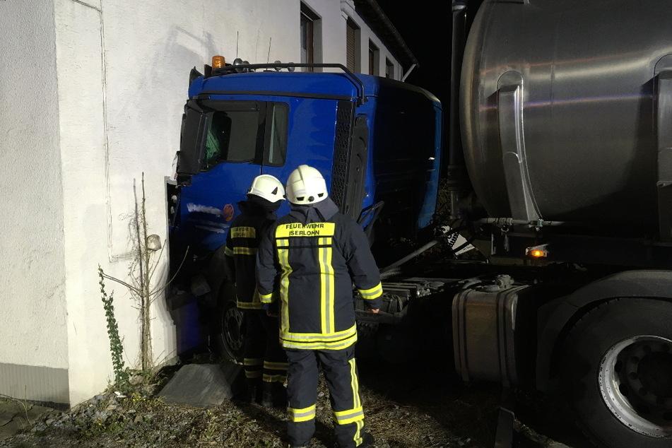 Der Fahrer (25) wurde verletzt, die Feuerwehr half bei der Bergung des Unfalllasters.