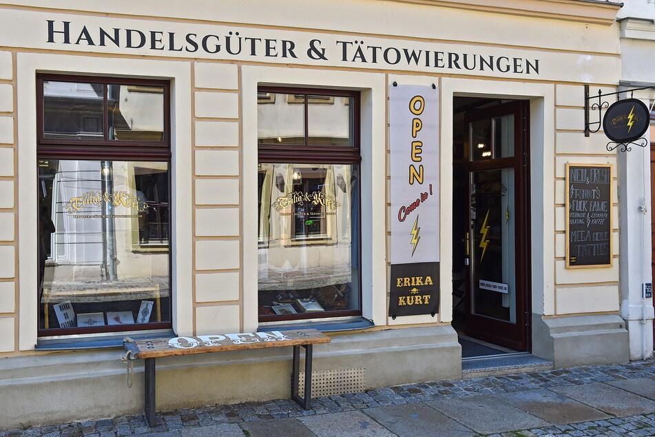 """Sven Ehmann bietet in seinem Geschäft """"Erika und Kurt"""" auf der Rähnitzgasse seit 2018 Handelsgüter und Tätowierungen an."""
