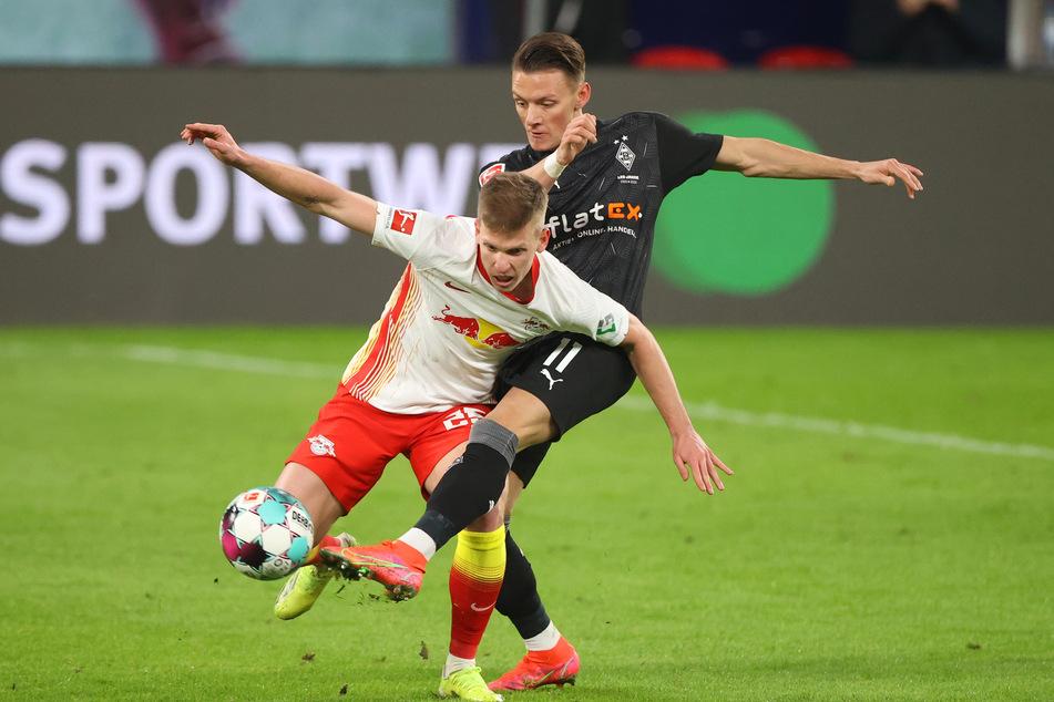Hannes Wolf (22, r.), hier im Zweikampf mit Leipzigs Dani Olmo (23), war bis zuletzt von RB nur ausgeliehen. Nun gehört er fest zu den Fohlen.