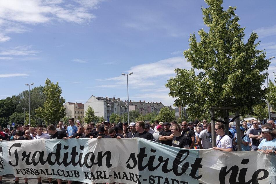 Rund 200 Fans unterstützten die Himmelblauen vor dem Stadion.