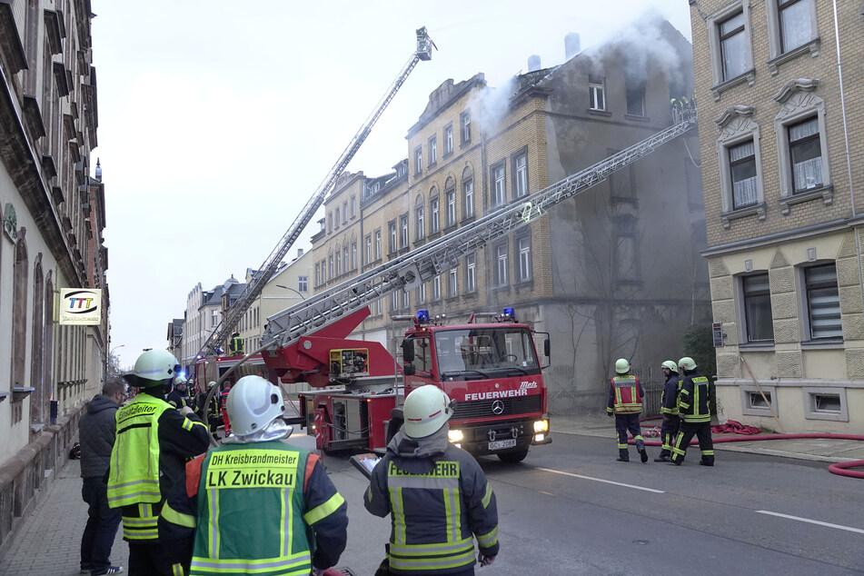 Feuerwehreinsatz in Limbach-Oberfrohna: Der Dachstuhl eines unbewohnten Mehrfamilienhauses geriet in Brand.