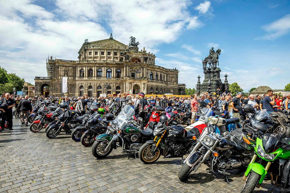 Deutlich mehr als 1000 Biker sind auf den Theaterplatz gekommen.