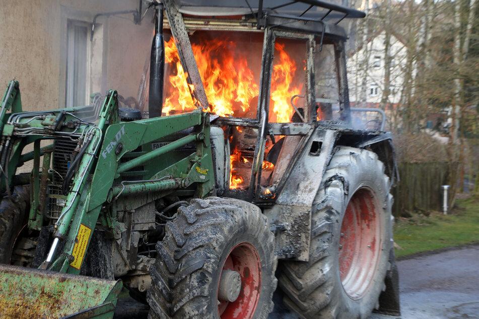 In Hohenstein-Ernstthal stand ein Traktor in Flammen.