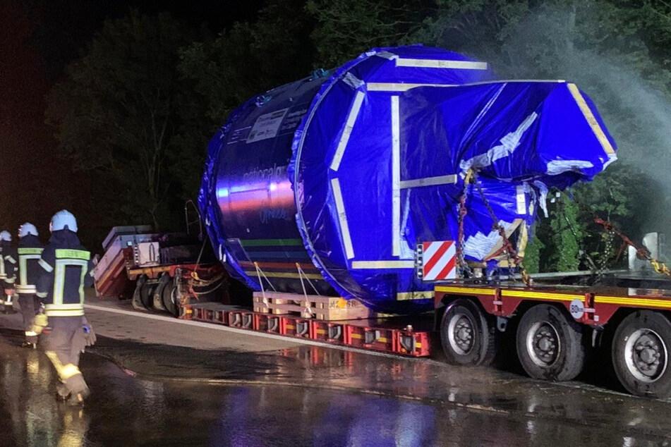 Der Sattelzug transportierte einen tonnenschweren Tunnelbohrkopf, dann kam es zu einem Reifenschaden und einem Brand.