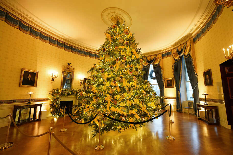 Ein großer Weihnachtsbaum steht im festlich dekorierten Blauen Raum (Blue Room).