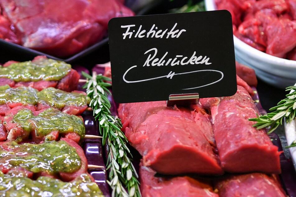 Frisches Fleisch liegt in der Auslage einer Metzgerei. Sylvie Meis (43) hat als Teenager selbst in einer solchen gearbeitet. (Symbolbild)