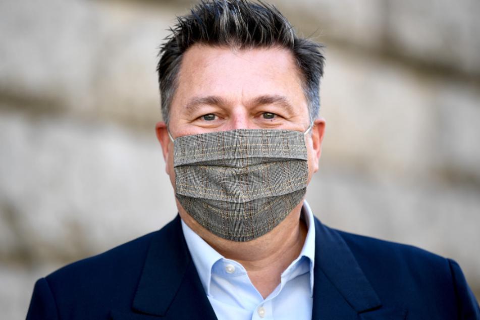 Andreas Geisel (SPD), Senator für Inneres und Sport in Berlin, trägt einen Mund-Nasen-Schutz. Der Senat hat weitere Lockerungen beschlossen.