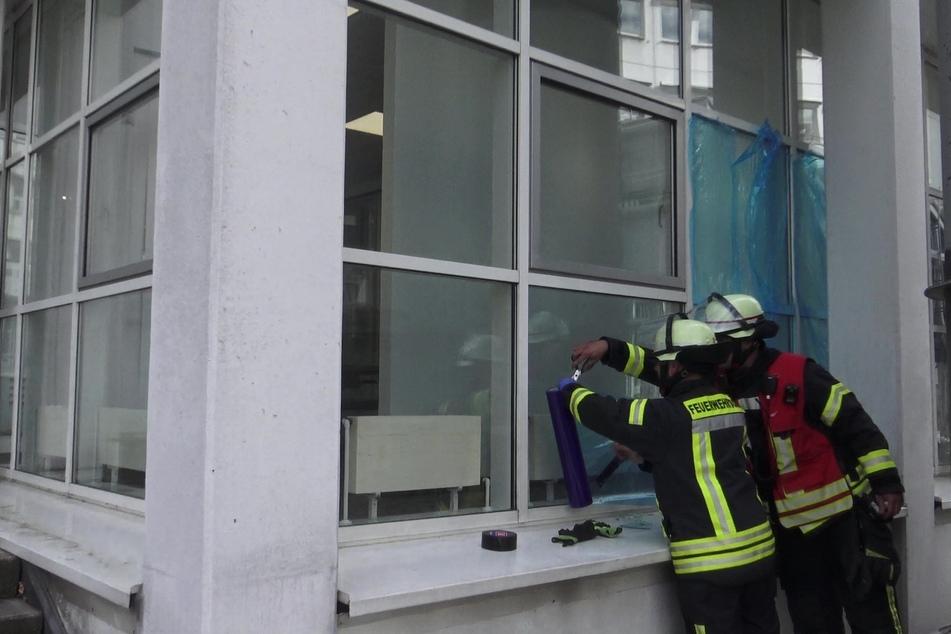 Kopf eingeklemmt: Feuerwehr befreit kleines Mädchen aus Spalt