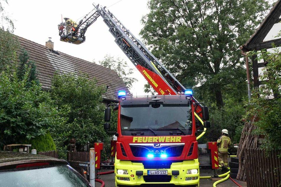 Mit einer Drehleiter löschten die Feuerwehrmänner das Dach des Hauses.