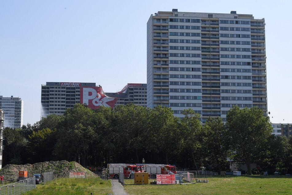 Das Gebäude (Mitte) wird nach monatelanger Vorarbeit gesprengt.