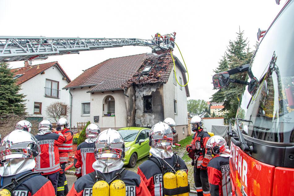 Wohnhausbrand: Flammen greifen auf Dach über
