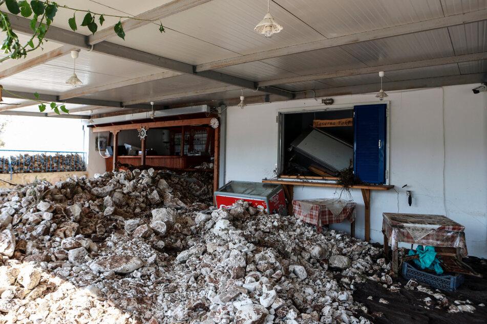 Schutt und Geröll liegen nach dem Sturm im Außenbereich einer Gaststätte in Kefalonia.