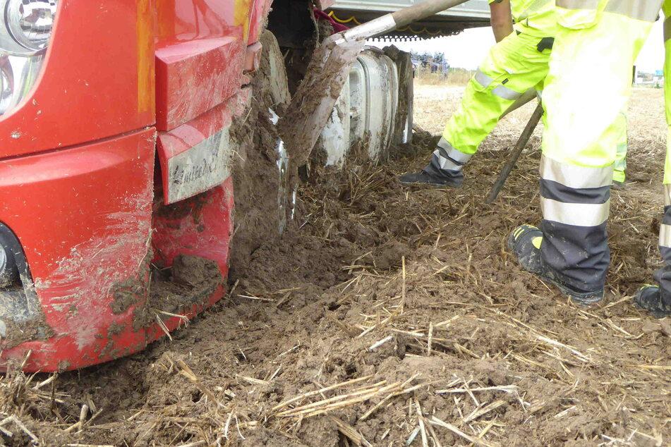 Der LKW blieb in dem weichen Boden stecken.