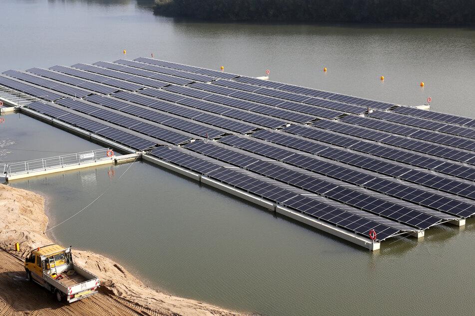 Pure Energie: Was schwimmt hier auf einem Baggersee?