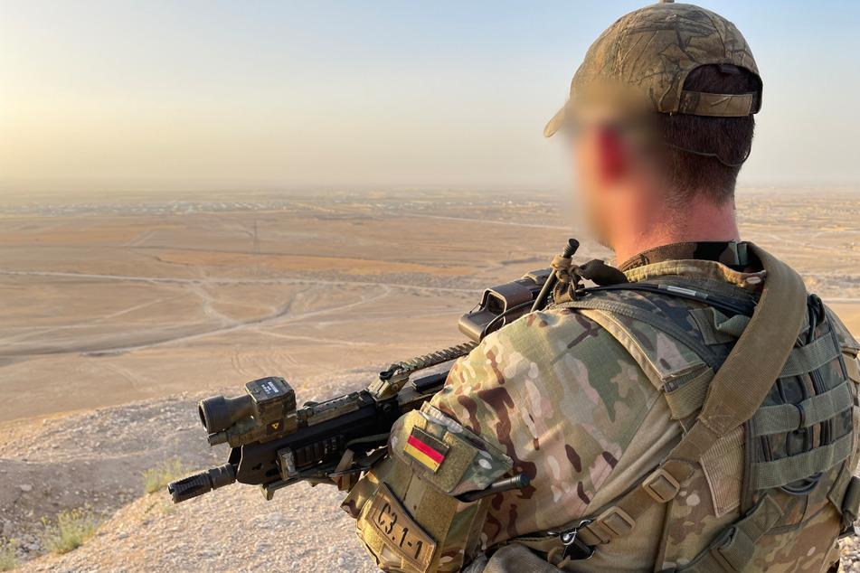 Ein Soldat des Kommando Spezialkräfte (KSK) sichert ein Gelände. Wie Sicherheitskreise jetzt bestätigen, laufen gegen einen Offizier sowie einen Unteroffizier Ermittlungen wegen des Verdachts des Rechtsextremismus. (Symbolbild)