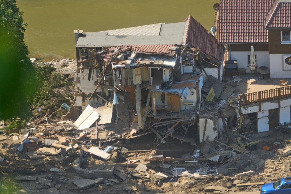 """Marienthal (Rheinland-Pfalz) Ende Juli: Ein Haus ist nach dem Hochwasser vollkommen aufgerissen. Die Flut nach Tief """"Bernd"""" hat auch hier zahlreiche Häuser zerstört."""